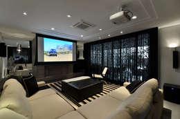 Salas de entretenimiento de estilo moderno por Johnny Thomsen Design de Interiores