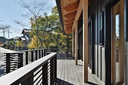 ウッドデッキ: 若山建築設計事務所が手掛けたテラスです。