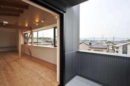 ベランダ: 若山建築設計事務所が手掛けたテラスです。