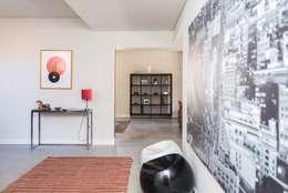 Pasillos y recibidores de estilo  por shfa