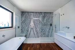 Baños de estilo moderno por shfa
