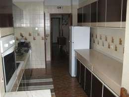 moderne Keuken door Germano de Castro Pinheiro, Lda