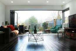 غرفة المعيشة تنفيذ GOAStudio   London residential architecture