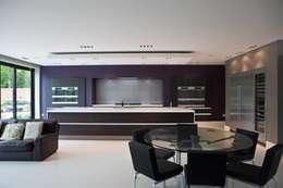 Cocinas de estilo moderno por Excelsior Kitchens Limited