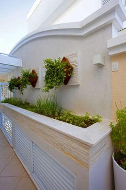 Casa Curvas no Neoclássico: Jardins modernos por Arquiteto Aquiles Nícolas Kílaris