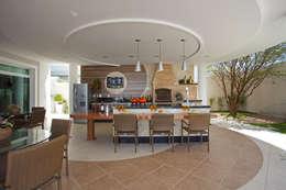 Casa Curvas no Neoclássico: Casas modernas por Arquiteto Aquiles Nícolas Kílaris