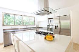 Casa T: Cocinas de estilo moderno por Enrique Cabrera Arquitecto