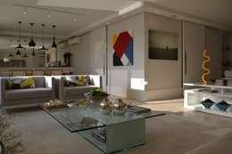 Salas / recibidores de estilo minimalista por Helô Marques Associados