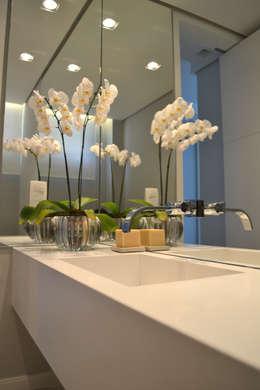 Baños de estilo minimalista por Helô Marques Associados