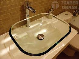 Baños de estilo moderno por Traber Obras