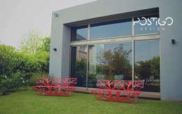 Banco 3: Jardines de estilo moderno por Postigo design