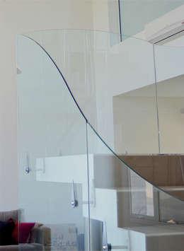 Pasillos y recibidores de estilo  por Postigo design