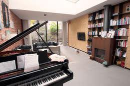 voormalige garage verbouwd tot woonhuis:   door Tijmen Ploeg Architecten