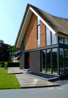 Voorgevel: moderne Huizen door MEF Architect