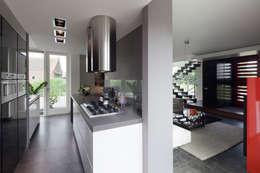 Modern binnen traditionele grenzen: moderne Keuken door MEF Architect