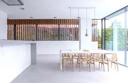 Comedores de estilo minimalista por Russwood - Flooring - Cladding - Decking