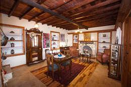 Hoyran Wedre Country Houses – Balayı Evi: akdeniz tarzı tarz Oturma Odası