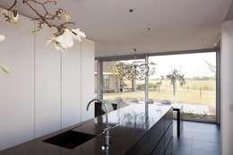 Woonhuis Uitgeest: moderne Keuken door Jan de Wit architect