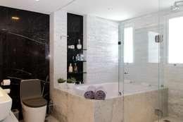 APARTAMENTO 400m2 - AV BOA VIAGEM - RECIFE/PE: Banheiros modernos por ROMERO DUARTE & ARQUITETOS