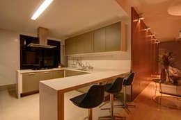 Projekty,  Kuchnia zaprojektowane przez ÓBVIO: escritório de arquitetura