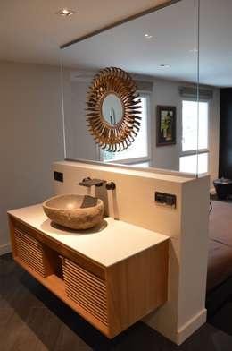 Une salle de bain ouverte sur la chambre: Salle de bains de style  par Agence MIND