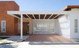 Garajes y galpones de estilo moderno por NOMA ESTUDIO