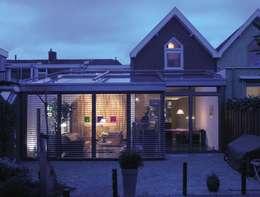 serre bij avondlicht: moderne Huizen door TIEN+ architecten