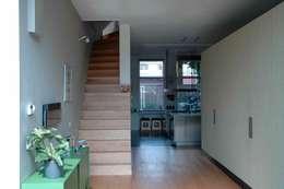 Corridor & hallway by TIEN+ architecten