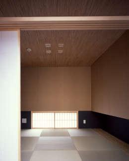 新宮苑の家 House In shinguen: 飯塚建築工房が手掛けた寝室です。