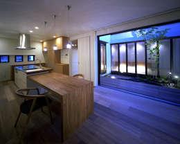 新宮苑の家 House In shinguen: 飯塚建築工房が手掛けたリビングです。