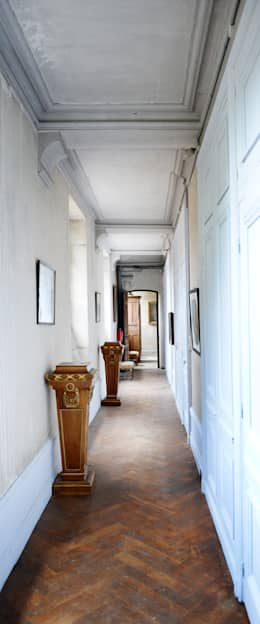Une maison de maître dans l'Ain: Couloir et hall d'entrée de style  par le songe du miroir photographe