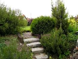 Schody ogrodowe z kamienia: styl , w kategorii  zaprojektowany przez Garden Ekspert Studio Architektury Krajobrazu