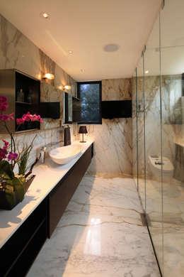 Baños de estilo minimalista por grupoarquitectura