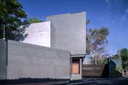 Casa Basaltica: Casas de estilo minimalista por grupoarquitectura
