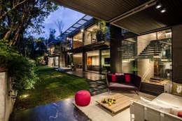Casa Basaltica: Jardines de estilo minimalista por grupoarquitectura