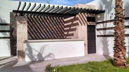 Jardines de estilo moderno por Acrópolis Arquitectura