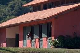 Cocheira: Casas rústicas por Ronald Ingber Arquitetura