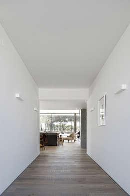 Couloir et hall d'entrée de style  par RRJ Arquitectos