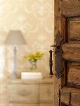 Ventanas y puertas de estilo  por CONSOLIDACIONES Y CONTRATAS S.L