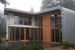 Terras: moderne Huizen door Thijssen Verheijden Architecture & Management