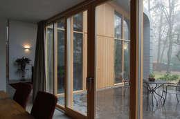 Eetruimte naar terras:  Terras door Thijssen Verheijden Architecture & Management