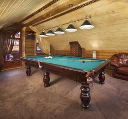 Бальярдная в бане на втором этаже: Гостиная в . Автор – Архитектурная студия 'Солнечный дом'