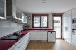 Casa del Porche de Piedra: Cocinas de estilo mediterráneo de LLIBERÓS SALVADOR Arquitectos