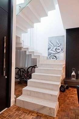 Pasillos y hall de entrada de estilo  por ANDRÉ PACHECO ARQUITETURA
