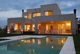 El Encuentro 1: Piletas de estilo moderno por Estudio de Arquitectura Clariá & Clariá