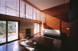 木ルーバーの家: 平林繁・環境建築研究所が手掛けたリビングです。