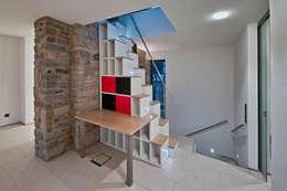Pasillos, vestíbulos y escaleras de estilo  por guckes und kollegen