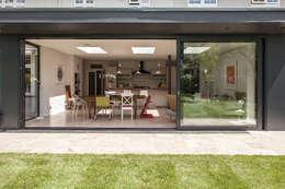 Projekty, nowoczesne Domy zaprojektowane przez Nic  Antony Architects Ltd