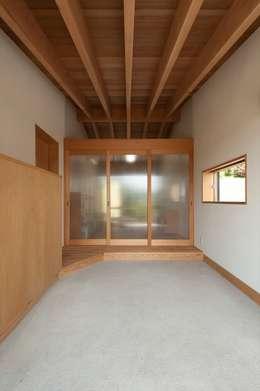 応接室から玄関をみる: 宇佐美建築設計室が手掛けた窓です。