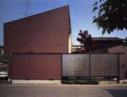 西側外観: 遠藤浩建築設計事務所 H,ENDOH  ARCHTECT  &  ASSOCIATESが手掛けた家です。